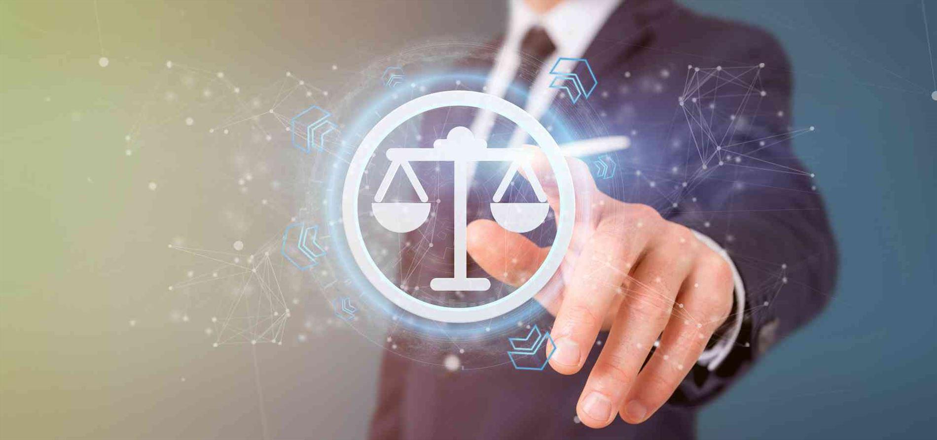 אדם נוגע באייקון טכנולוגי של מאזניים - חוויה של טכנולוגיה ובניית אתרים לעורכי דין